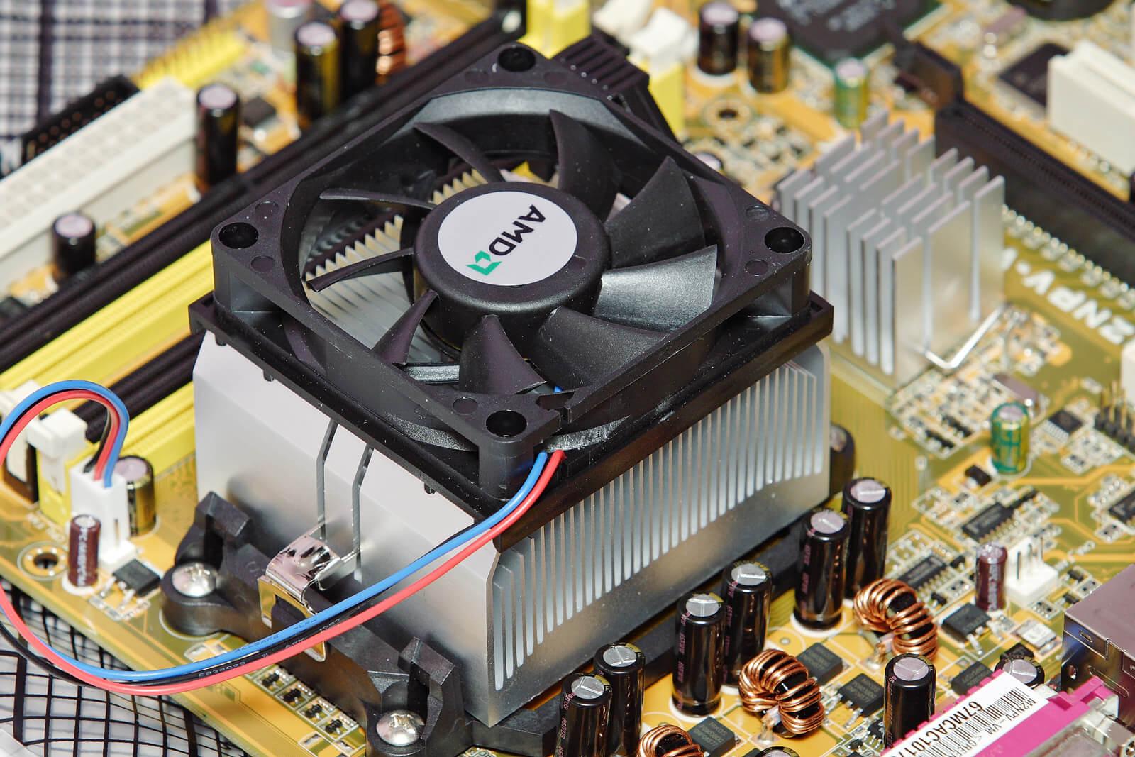 فن و Heat Sink سی پی یو، این بخش بر روی CPU قرار میگیرد و وظیفه آن خنک کردن و کاهش گرمای سی پی یو در حین کار است .