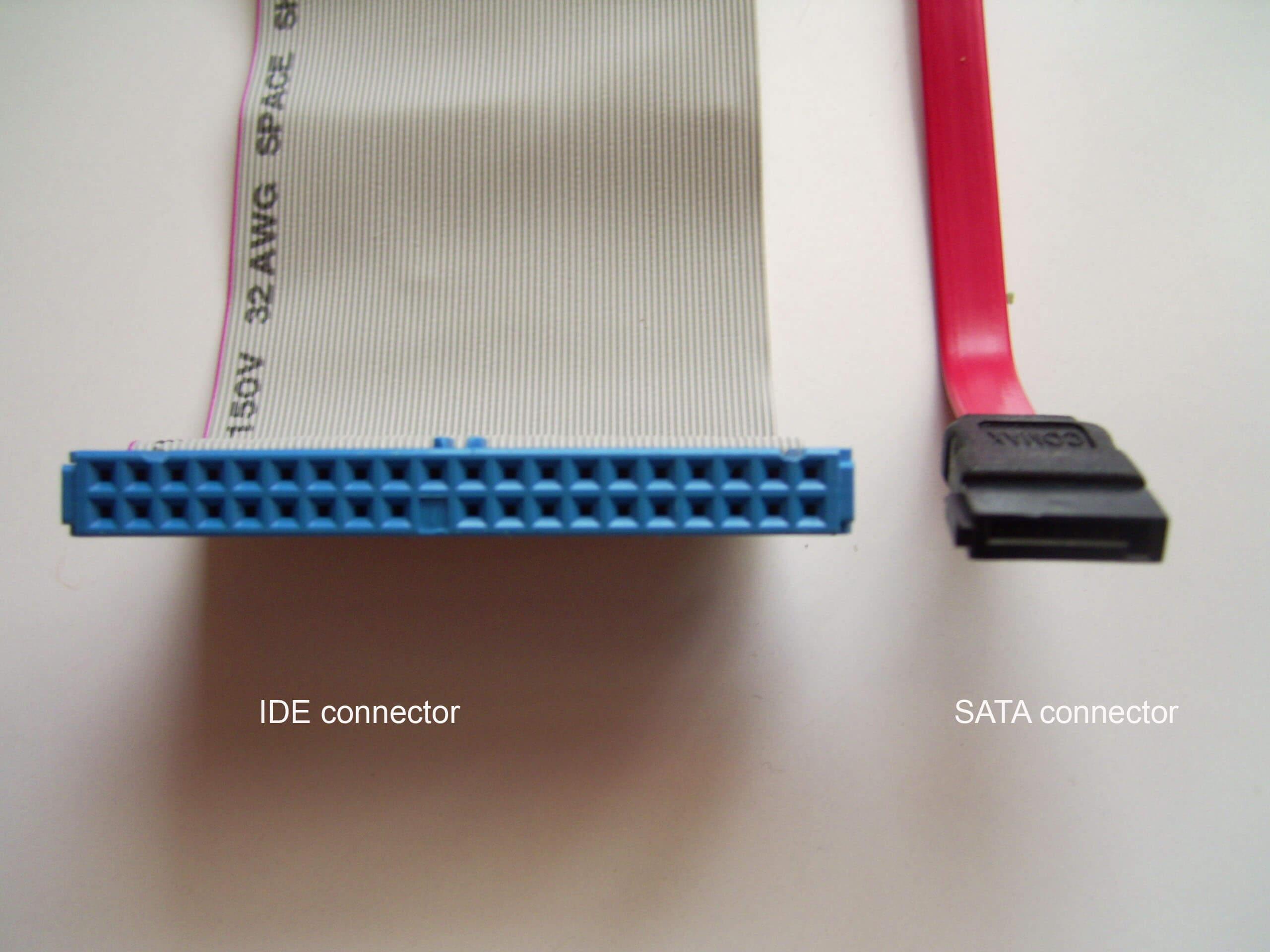 تصویر سمت راست کابل Sata و تصویر سمت چپ یک کابل IDE را نمایش میدهد، از این کابل ها برای اتصال هارد دیسک (حافظه) یا درایو سی دی و دی وی دی به ماد برد استفاده میشود .