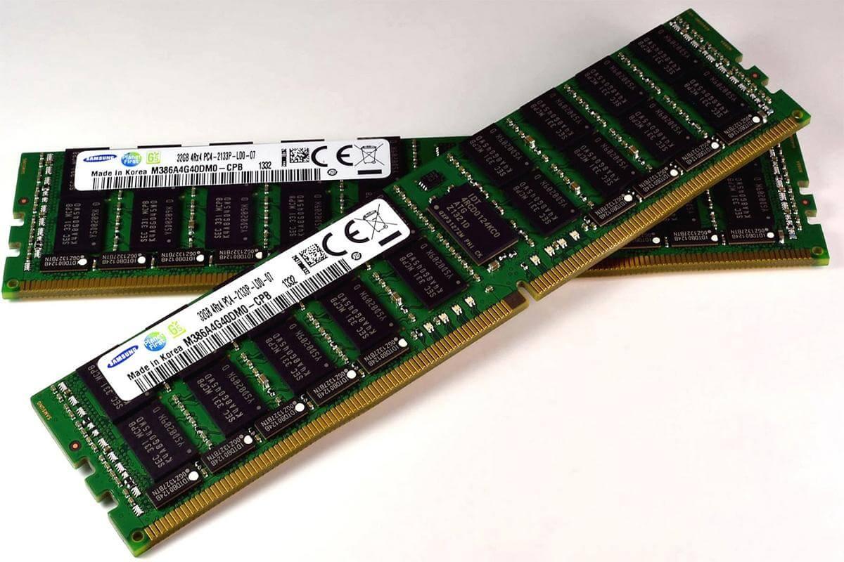 RAM یا Random Access Memory که به آن حافظه با دسترسی تصادفی نیز گفته میشود، اطلاعات به صورت موقت و با دسترسی غیر ترتیبی در این واحد ذخیره میشوند، اطلاعات این حافظه با قطع جریان برق از بین میروند، این قطعه نیز بر روی مادر بورد قرار میگیرد .