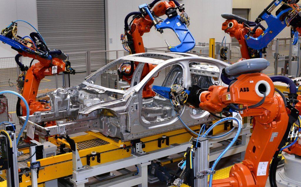 در خط تولید از بازوهای رباتیک استفاده میشود که به بینایی ماشین مجهز هستند.